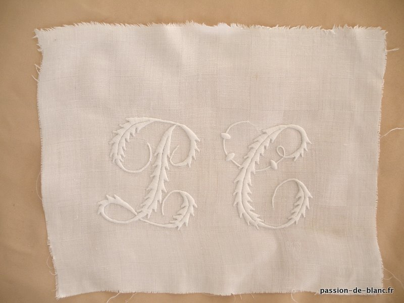 ANTIQUE LINEN /Superbe monogram PC old embroidered on linen thread for seam and patchwork