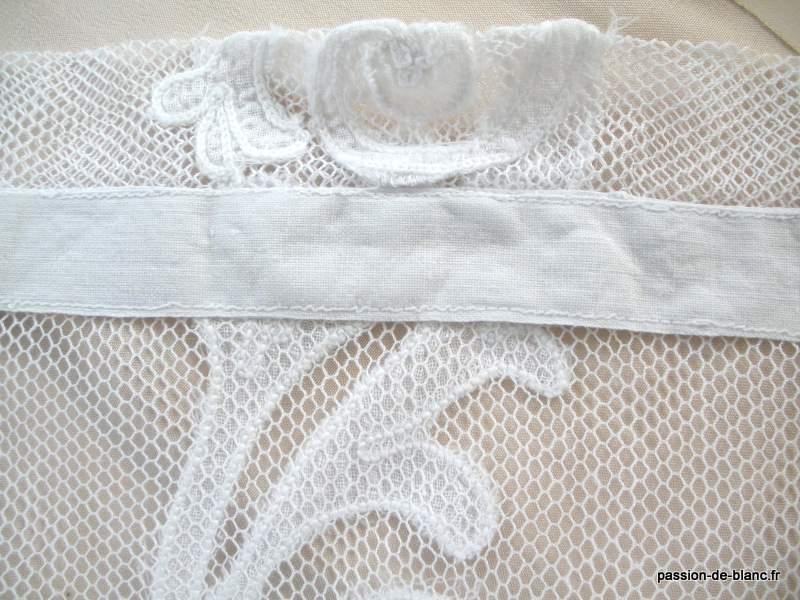 LINGE ANCIEN/Rare paire de rideaux en tulle avec applications au point de chainette