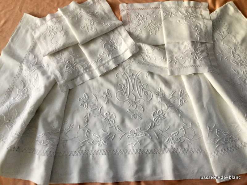 OLD LINEN / Wonderful set including 1 sheet and 2 pillowcases with magnificent embroidery of flowers days and mono MO on fine linen canvas