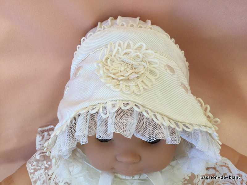 OLD LINEN / Superb baby hat made of thick ecru satin with soutaches lined with fine silk