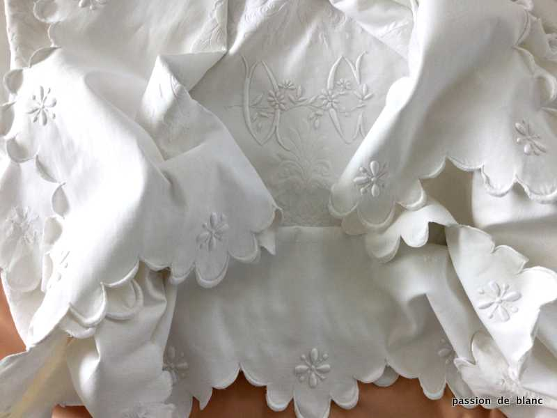 Old linen / Wonderful wedding opening scalloped on the 4 sides in cotton pique with 2 OC monograms and flowers