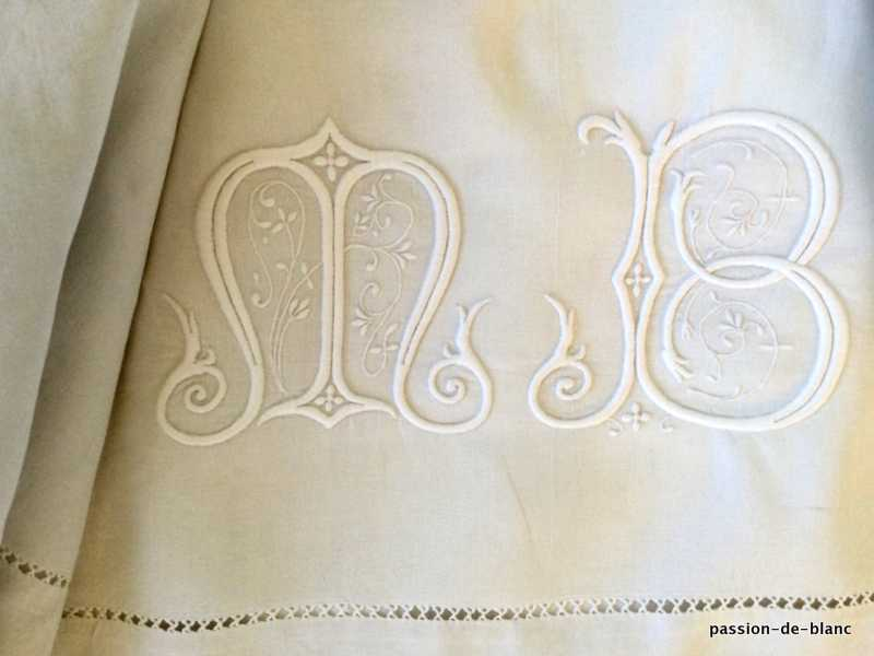 OLD LINEN / Superb large sheet in linen thread with magnificent embroidery work for the monogram MA