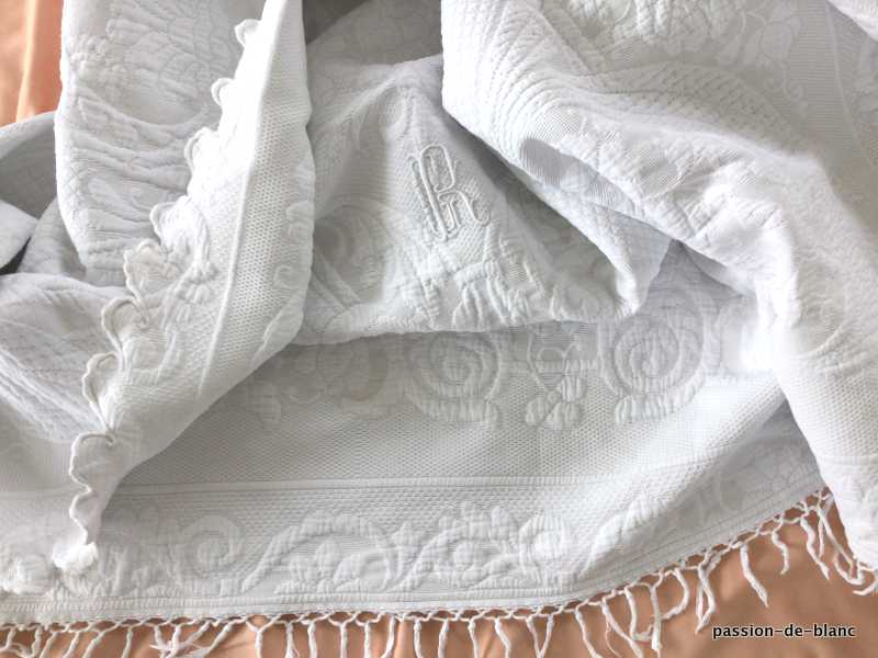 Old linen / Superb Marseillais pique blanket scalloped on 1 side with significant relie