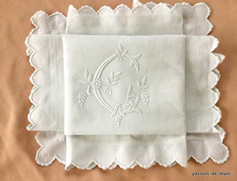 OLD LINEN / Very beautiful scalloped pillowcase on fine linen canvas and large C monogram with leafy branches
